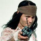La même année, dans «The Brave», il affiche une très longue chevelure noir corbeau.